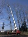 Pronájem plošiny s dosahem do 30 m za účelem kácení, práce ve výšce 26 m a horizontální vzdálenosti cca 10 m od točny plošiny. Firma Velčovský.