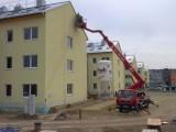 Montážní plošina Brno - Slatina, využití na stavbě čtyř ulic při instalaci lišt. Nemusíme najíždět s autoplošinou na upravovanou plochu kde se tak může pracovat. Zákazník s námi šetří čas.