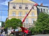 Zhotovení lanového rámu pro velkoplošnou reklamu a vývěs plachty s pomocí pracovní plošiny Brno vedle Bílého domu.