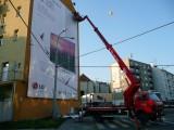 Práce s plošinou v Brně, vývěs velkoplošného reklamního baneru.
